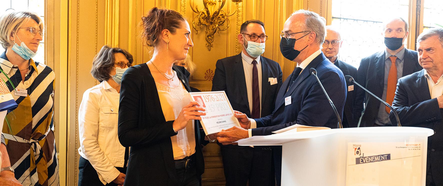 Antoine Hinfray remet son Prix à Hélène Dumas